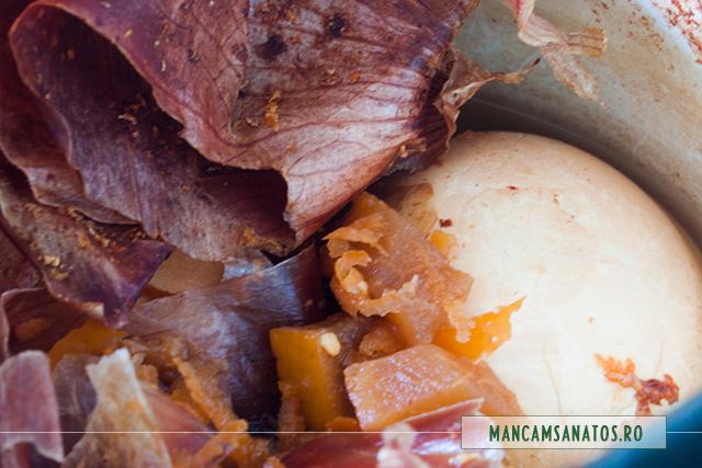 oua la vopsit, in frunze verzi de ceapa alba, coji de portocale si de grapefruit, fierte