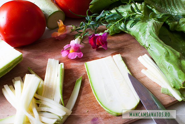 salata verde, rosii, dovlecei, si flori de gura leului, pentru salata