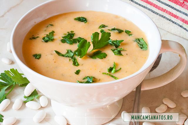 supa crema de fasole boabe, cu frunze de telina si patrunjel verde