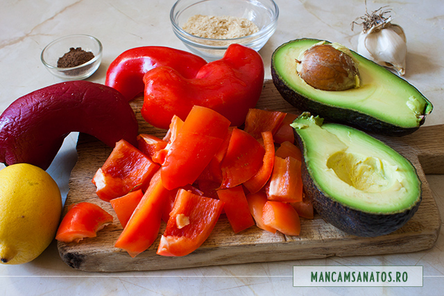 ardei maruntiti, avocado, lamiae, ienibahar si fulgi de drojdie inactiva, pentru pasta raw