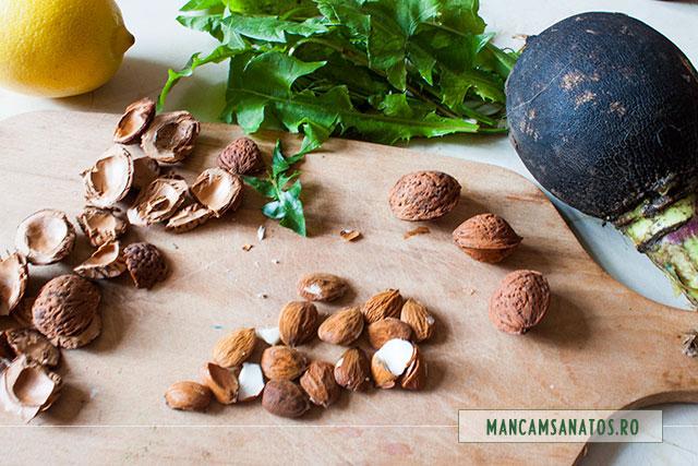 samburi de migdale, ridiche neagra, frunze de papadie si lamaie, pentru salata