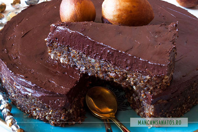 tort raw vegan, de ciocolata neagra, felie
