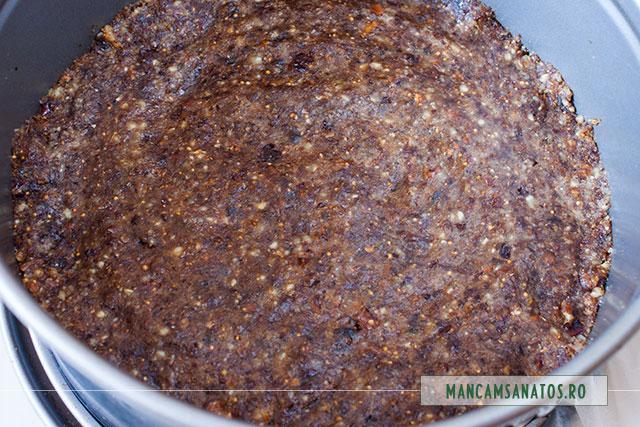 blat de tort raw vegan, de ciocolata neagra, in inel culinar