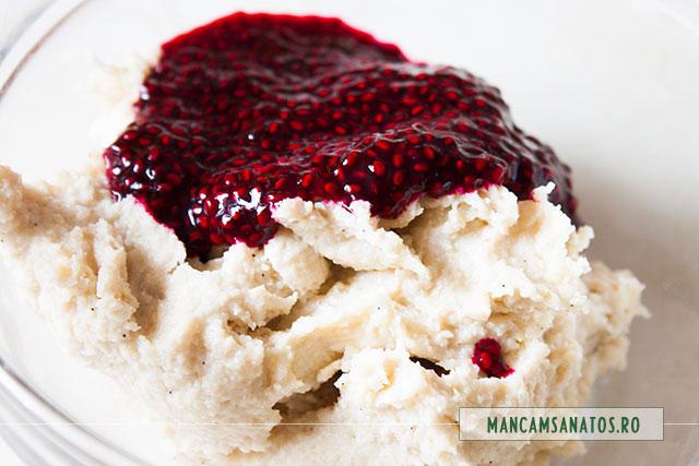 crema alba si suc de sfecla cu seminte de chia, pentru crema rosie cupcakes raw vegane, de Martisor
