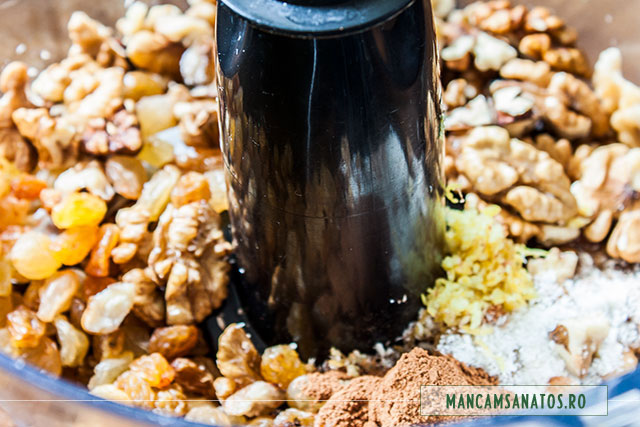 ingrediente pentru blat de pasca raw vegana, cu zambile, in robot