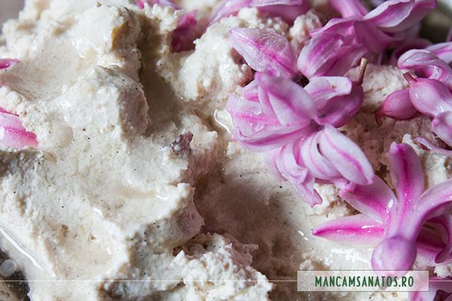 flori zambile si ulei topit de cocos, adaugate la blenduit pentru crema pasca raw vegana