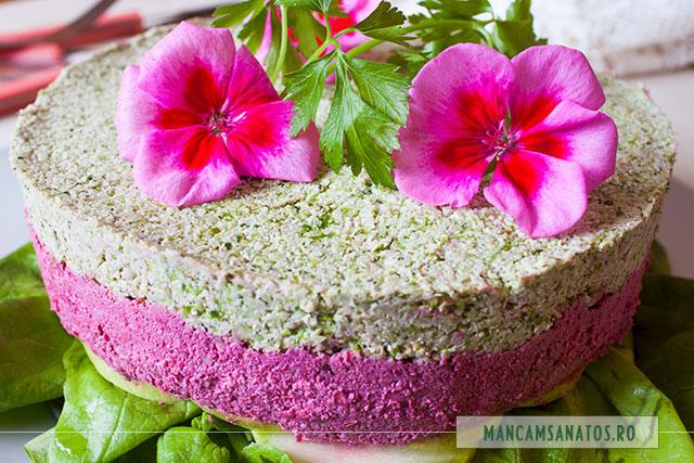 tort aperitiv raw vegan, cu flori de muscata, vedere aproape