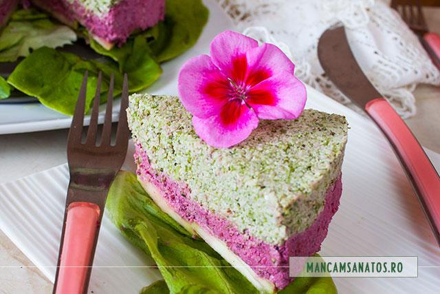 tort aperitiv raw vegan, cu flori de muscata, felie