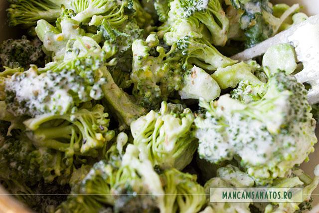 broccoli crud, cu dressing din seminte de mustar si de canepa, detaliu