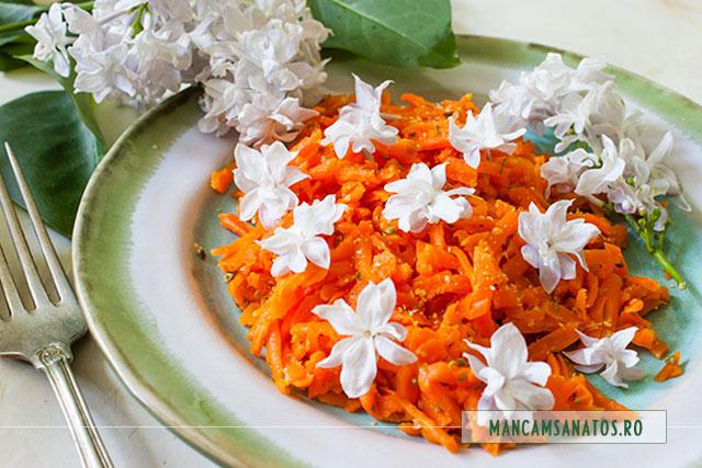 morcovi fierti la abur, usor picanti, cu flori de liliac