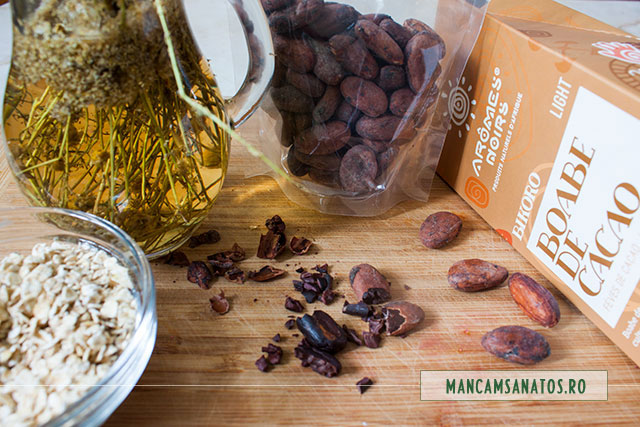 ingrediente pentru mic dejun detoxifiant si energizant, cu boabe crude de cacao