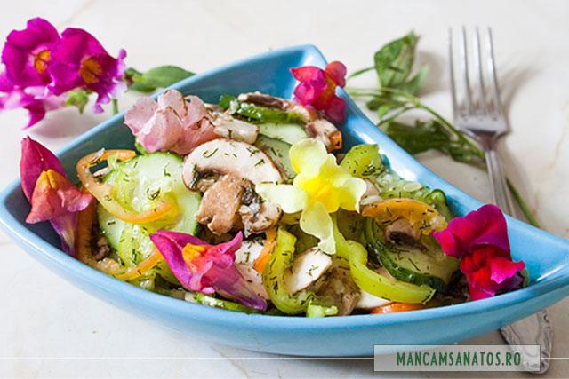 salata de vara, cu ciuperci crude si flori de gura leului