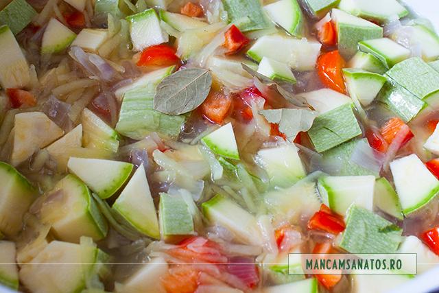 legume fierte si altele adaugate crude si foi de dafin, pentru tocana de dovlecei