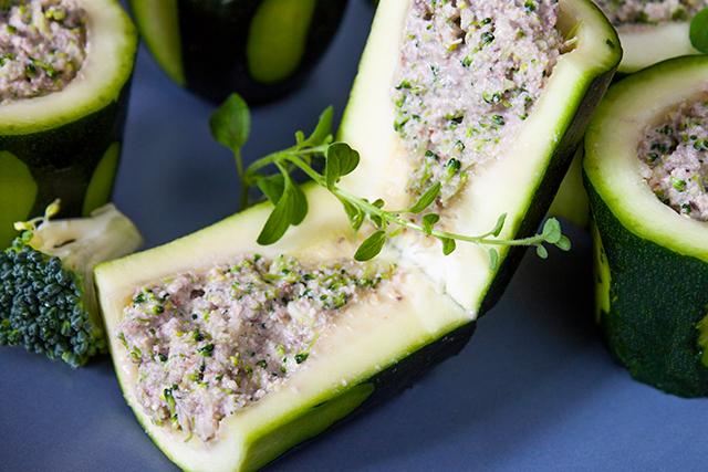 aperitiv raw vegan, din zuchinni umplut cu broccoli si maioneza de nuci, detaliu