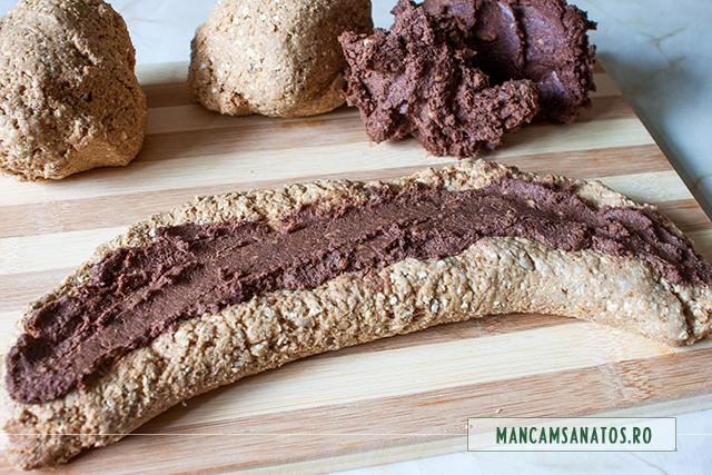 bucati formatate din aluat si crema pentru cozonac raw vegan, pregatite pentru impletit