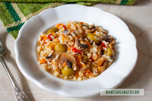 orez brun, cu legume, masline verzi si schinduf
