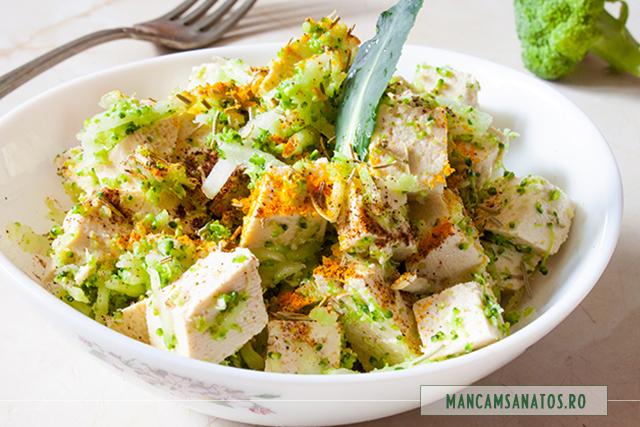 tofu, cu broccoli crud, ulei de susan si mirodenii