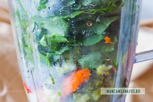 frunze de telina si stevie, crude adaugate in blender peste legume fierte, pentru supa crema