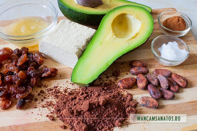 ingredinete pentru umplutura pasca vegana, cu umplutura raw de avocado, tofu, stafide si cacao