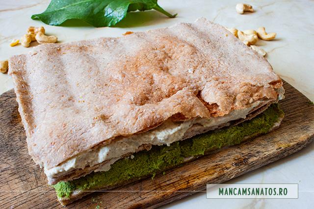 foile de prajitura vegana aperitiv, umplute cu pateurile raw vegane de stevie si de hrisca
