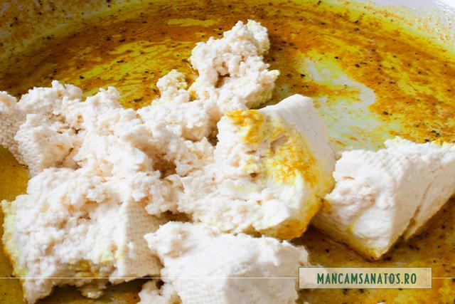 tofu adaugat in ansamblu de mirodenii si ulei, pentru scrob