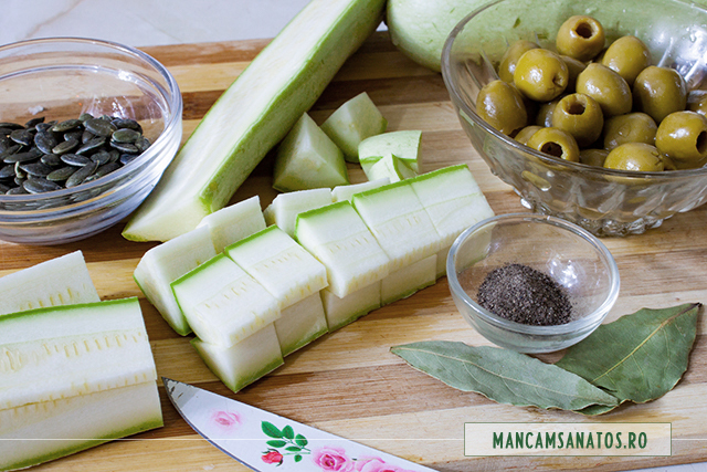 ingrediente pentru salata de dovlecei, cu masline verzi si samburi de dovleac