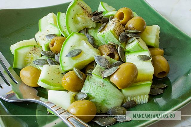 salata de dovlecei, cu masline verzi si samburi de dovleac