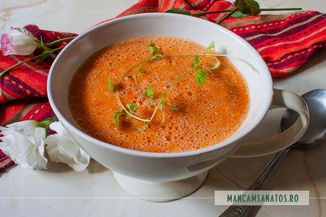 supa crema de rosii si ardei, cu seminte de canepa si oregano verde
