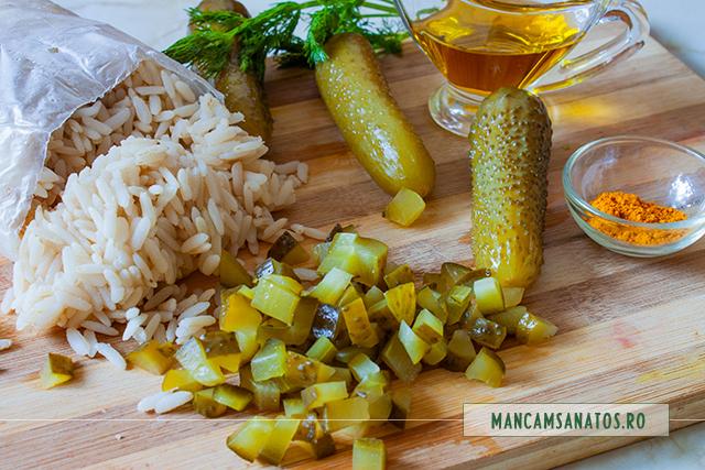 ingrediente pentru orez brun cu turmeric, castraveti in saramura si marar