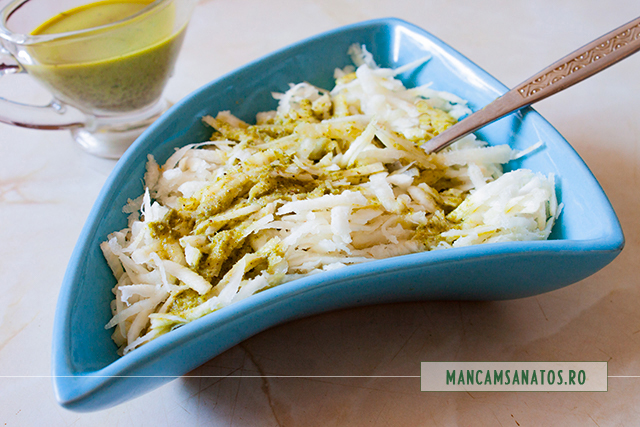 salata rawvegana de telina, cu sos de marar si drojdie inactiva