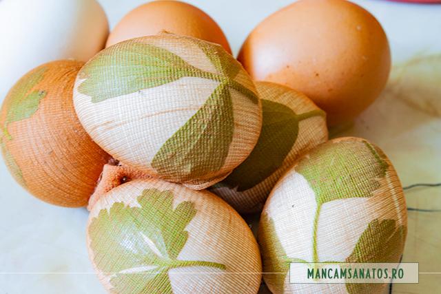 oua fierte, in ciorap de poliamida cu frunze de patrunjel si de leustean, pentru vopsit natural