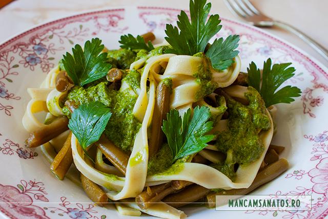 paste integrale cu spanac, asezonate cu fasole verde si sos de leurda