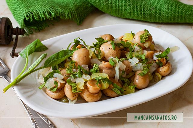 ciuperci conservate, asezonate cu salvie verde si piper