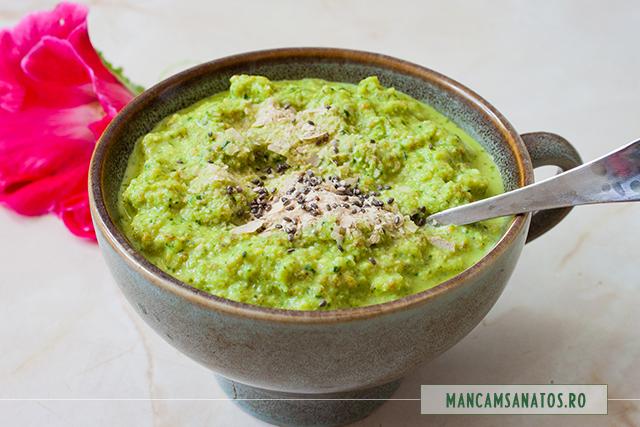 crema raw-vegana de castraveti, cu seminte, mirodenii, stir si rucola
