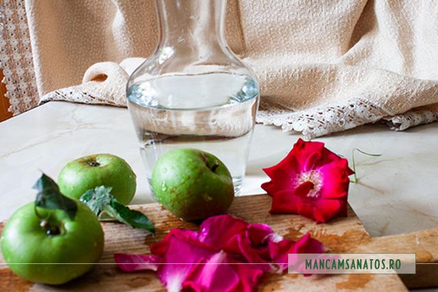 ingrediente pentru apa enzimatica si probiotica, cu mere verzi si petale de trandafir
