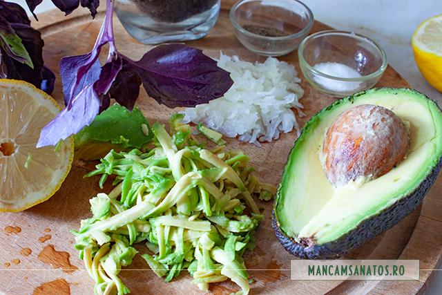 ingrediente pentru avocado picant, pe frunze de busuioc mov