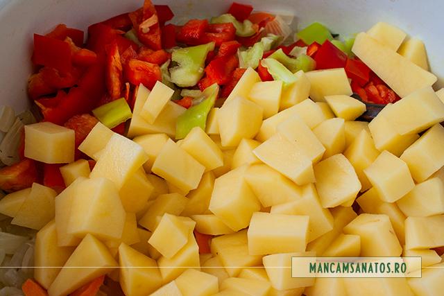 cartofi si ardei adaugati la fiert, pentru tocana de legume, cu mirodenii si busuioc verde