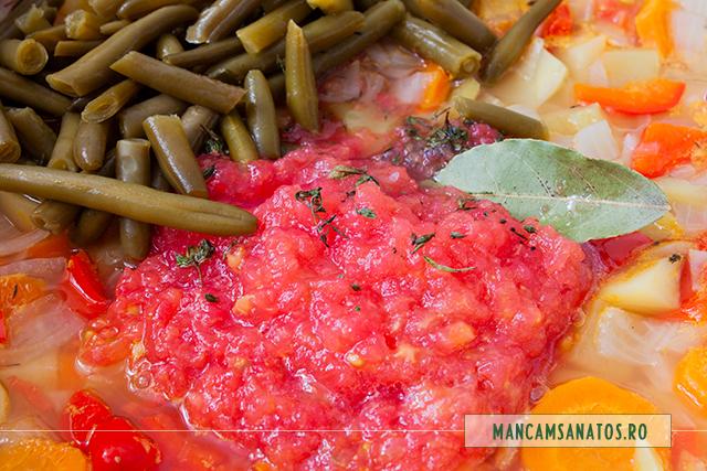 rosii, fasole verde si mirodenii adaugate la fiert, pentru tocana de legume, cu mirodenii si busuioc verde