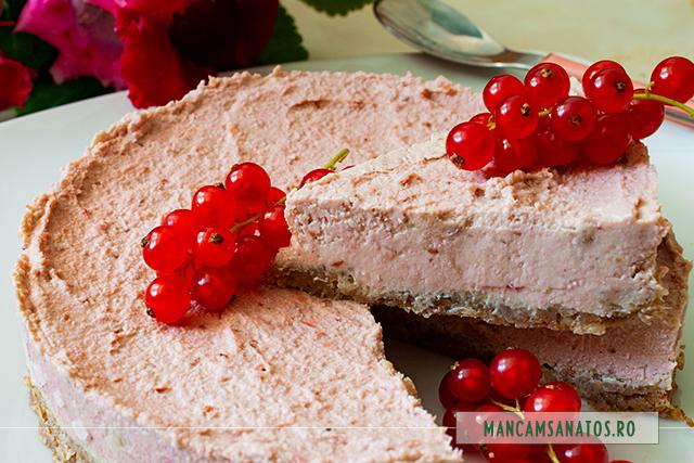 tort raw vegan, cu crema de coacaze rosii, felie