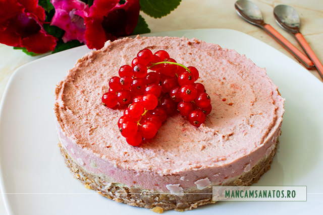 tort raw vegan, cu crema de coacaze rosii