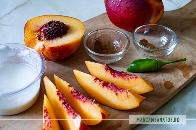 ingrediente pentru gustare cu nectarine si sos picant cu faina de migdale
