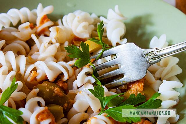 paste fara gluten, cu masline si sos de ardei cu drojdie inactiva, detaliu