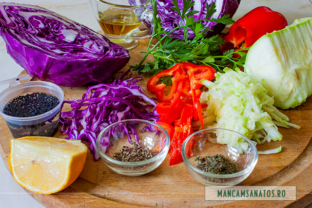 ingrediente pentru salata de varza rosie, ardei gras si dovlecel, asezonata antioxidant, antibiotic si afrodisiac