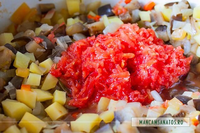 rosii razuite, adaugate la fiert, pentru tocana de vinete si cartofi, cu rozmarin si patrunjel verde