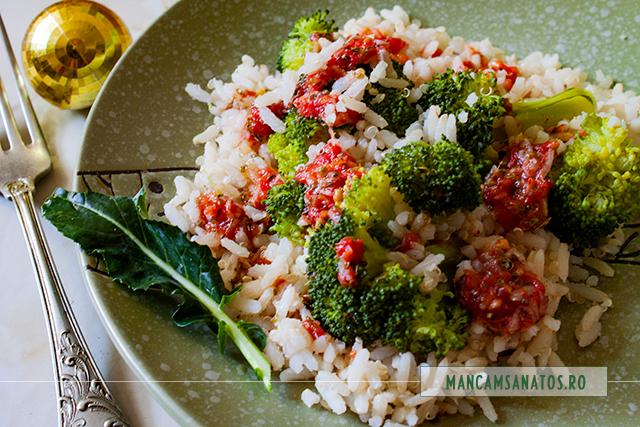 broccoli si orez brun cu quinoa, asezonate picant