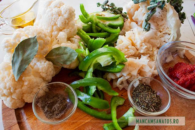 ingrediente pentru mancare de varza murata si conopida, cu ierburi si condimente