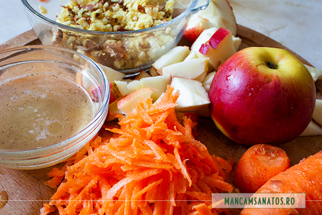 ingrediente marutite pentru salata de morcov, mere si migdale, cu dressing de miere si lamaie