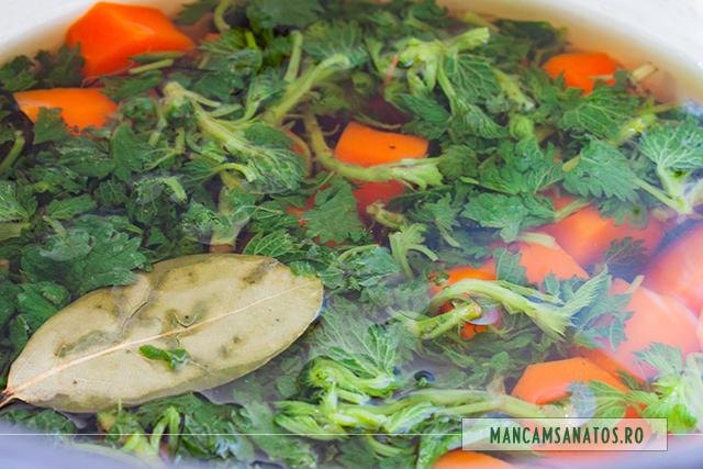foaie de dafin adaugata peste ingrediente fierte, pentru piure de morcovi si urzici, cu turmeric si patrunjel verde