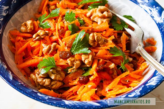 salata raw vegana de morcovi, cu nuci si stafide