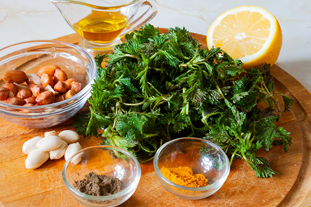 ingrediente pentru salata rawvegana, de urzici si alune